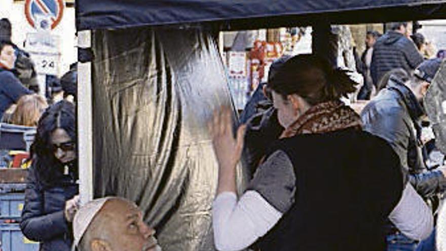 Malkovich desfila frente al Vaticano como 'pontífice'
