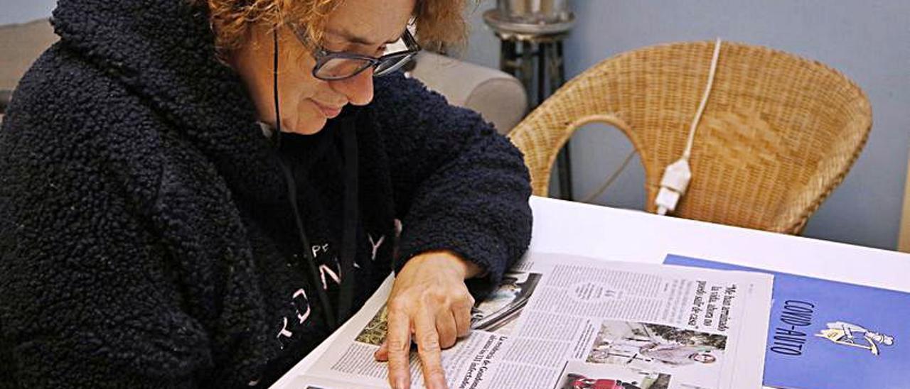 Ana Estévez, leyendo la noticia del robo de su moto.   | // A. VILLAR