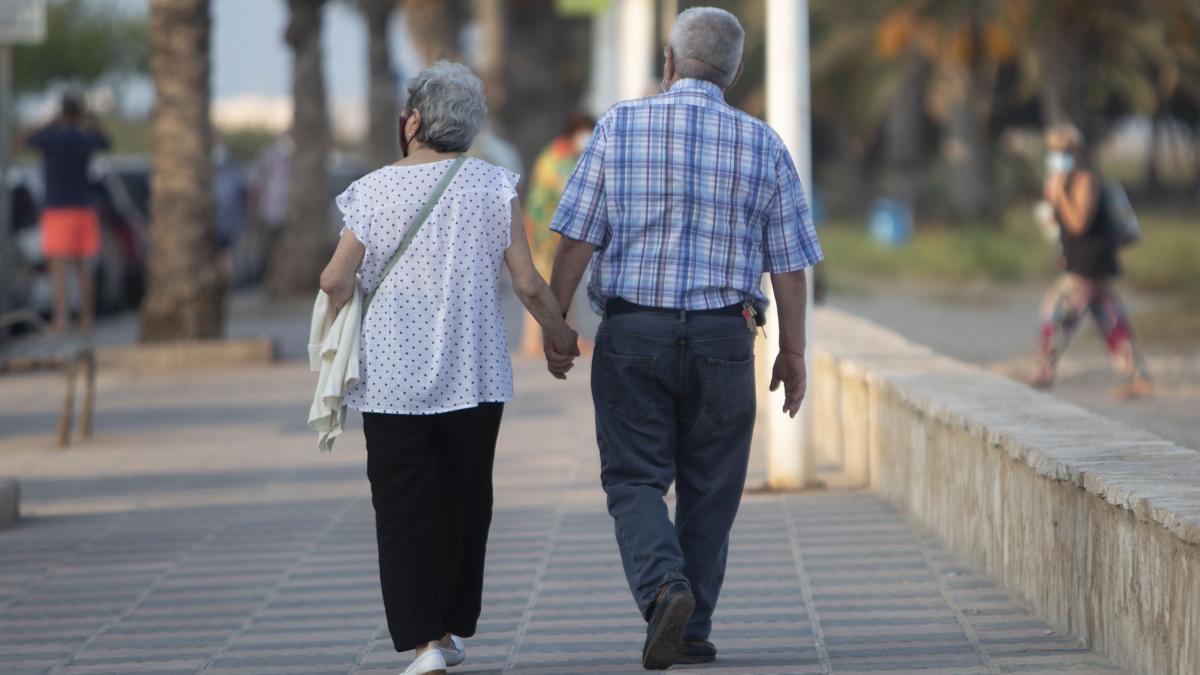 Dos pensionistas caminan por la calle. Este colectivo ya supone casi el 25% de la población en Castellón.