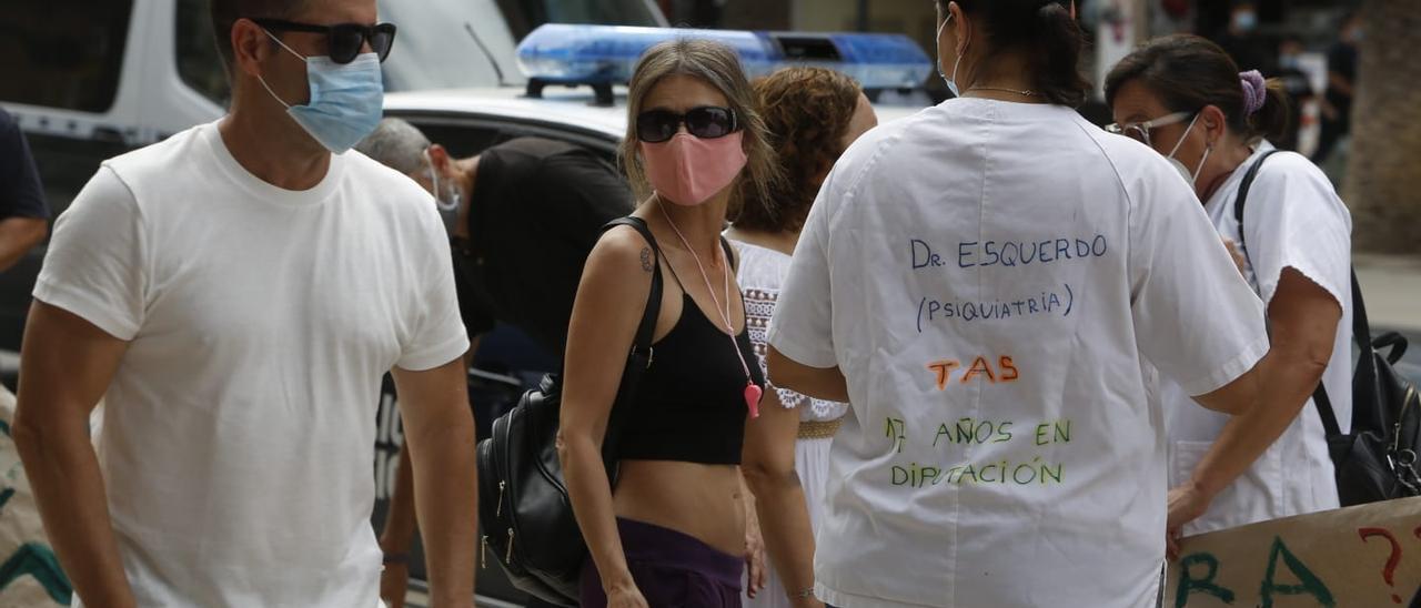 Protesta de interinos en la puerta de la Diputación