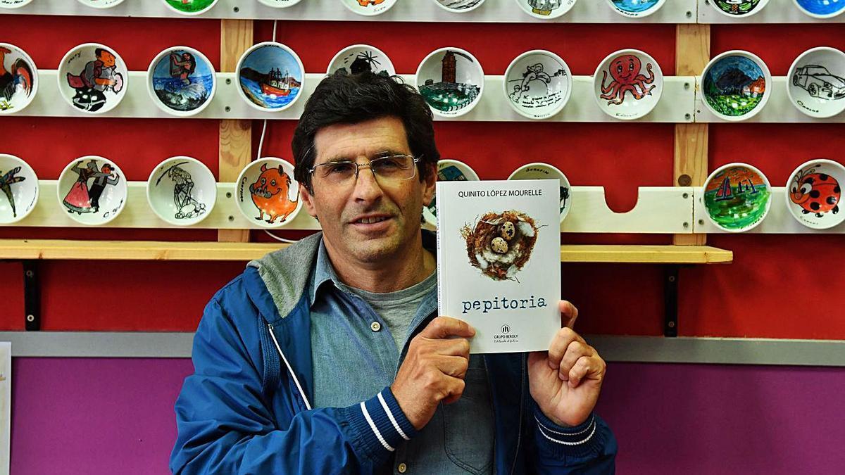 Quinito López Mourelle con un ejemplar de su último libro, 'pepitoria'.     // VÍCTOR ECHAVE