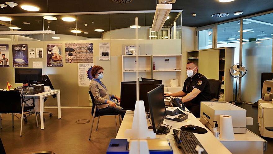 Las restricciones de movilidad provocan una caída en la tramitación de pasaportes