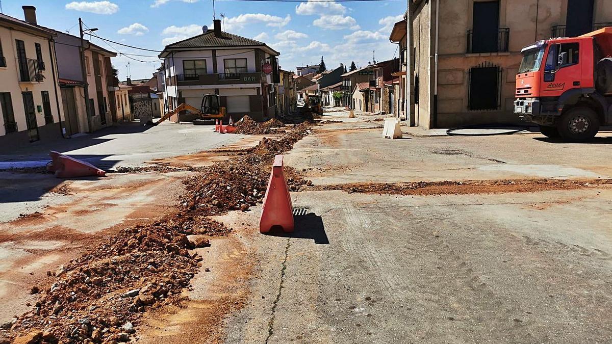 Obras en Carbajales para renovar la red de abastecimiento y evitar la pérdida de agua en fugas y acometidas. | Ch. S.