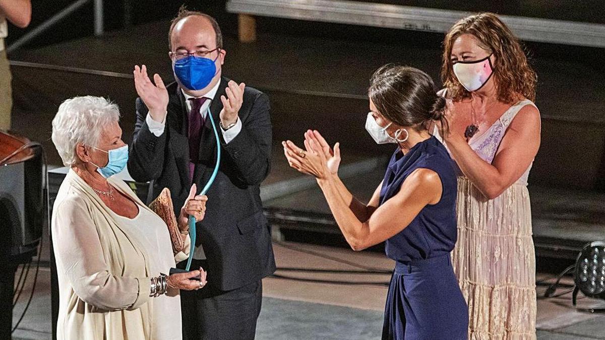 La Reina entregó el premio a Judi Dench y no dejó de aplaudirla, en compañía del ministro Iceta y la presidenta Armengol.