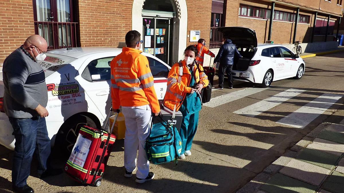 El equipo sanitario desplazado en dos taxis en el momento de llegar a la residencia de La Inmaculada de Villalpando. | D. F.