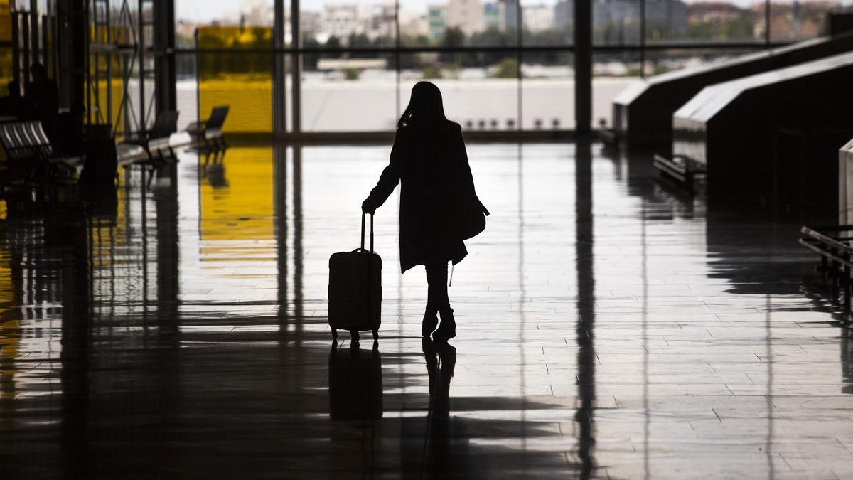 Una mujer camina por el aeropuerto de Madrid.
