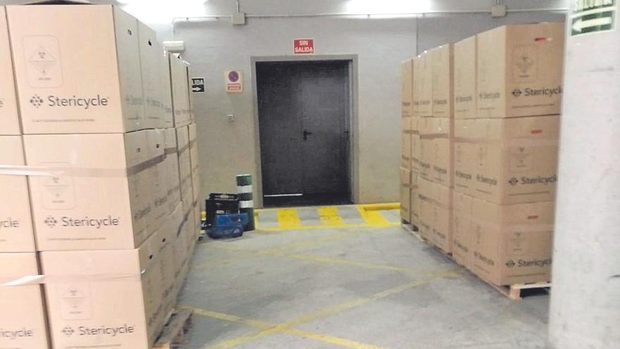 Las cajas de residuos covid-19 siguen acumulándose a las puertas de La Fe