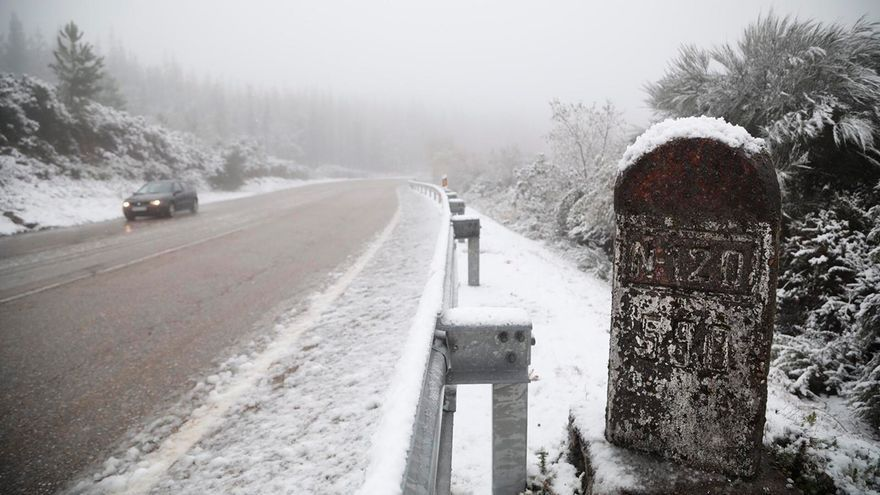 La nieve y la lluvia complican el tráfico en numerosas carreteras de Galicia