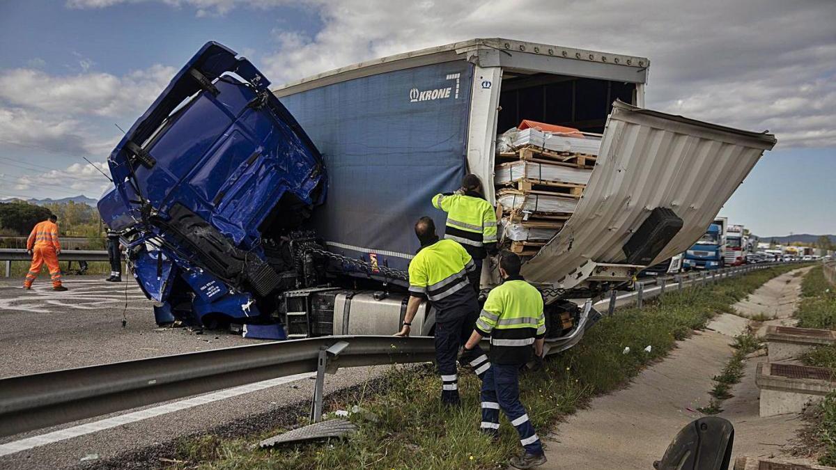 L'estat d'un dels camions accidentats a l'AP-7 a Vilobí, ahir a la tarda.