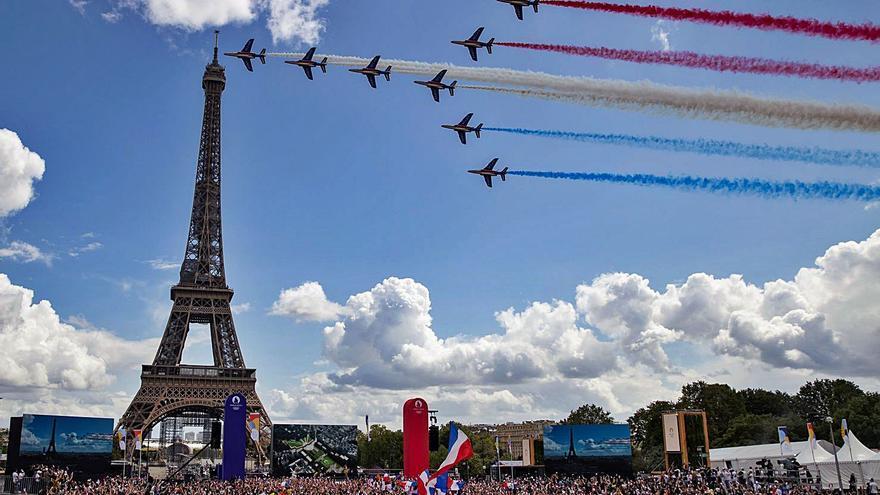 Part de l'espectacle viatja fins a París per donar-li la benvinguda com a nova seu