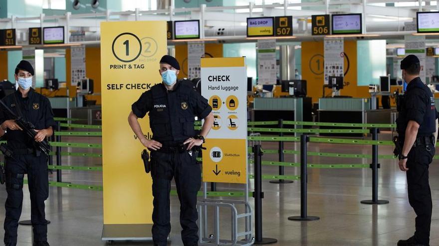 Detectan a diez pasajeros en El Prat con PCR falsas