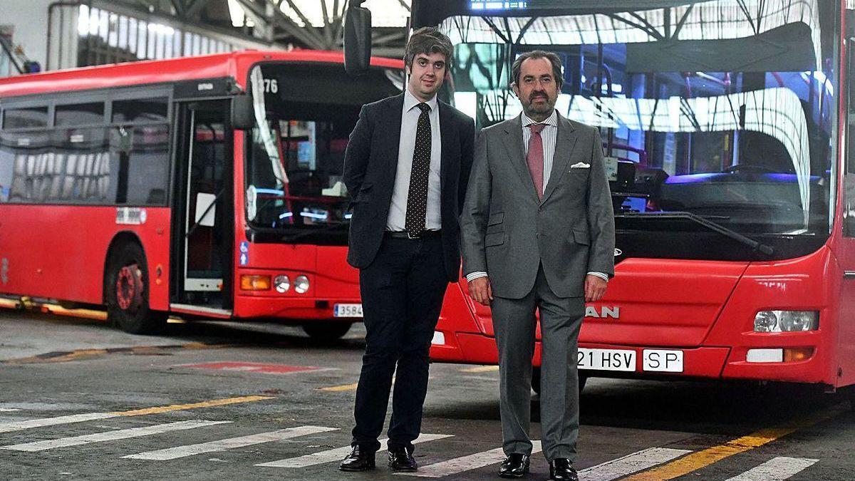 Ignacio y José Prada, responsables de la Compañía de Tranvías, en cocheras.