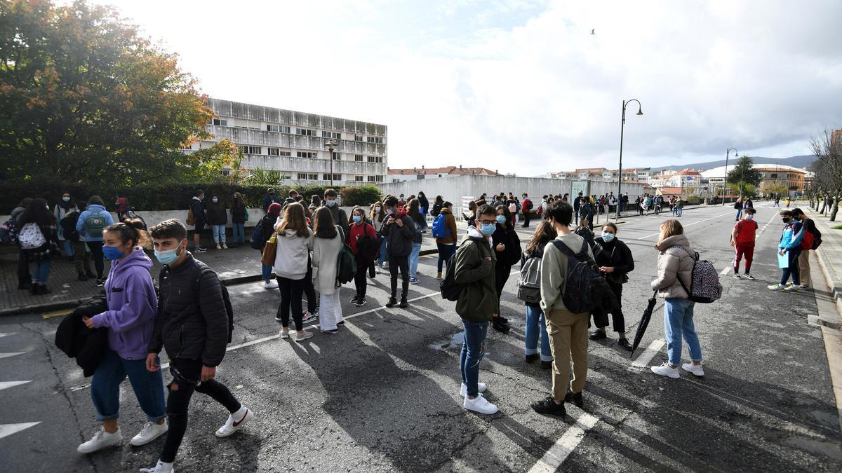 Alumnos á salida dun instituto da cidade de Pontevedra/ Gustavo Santos