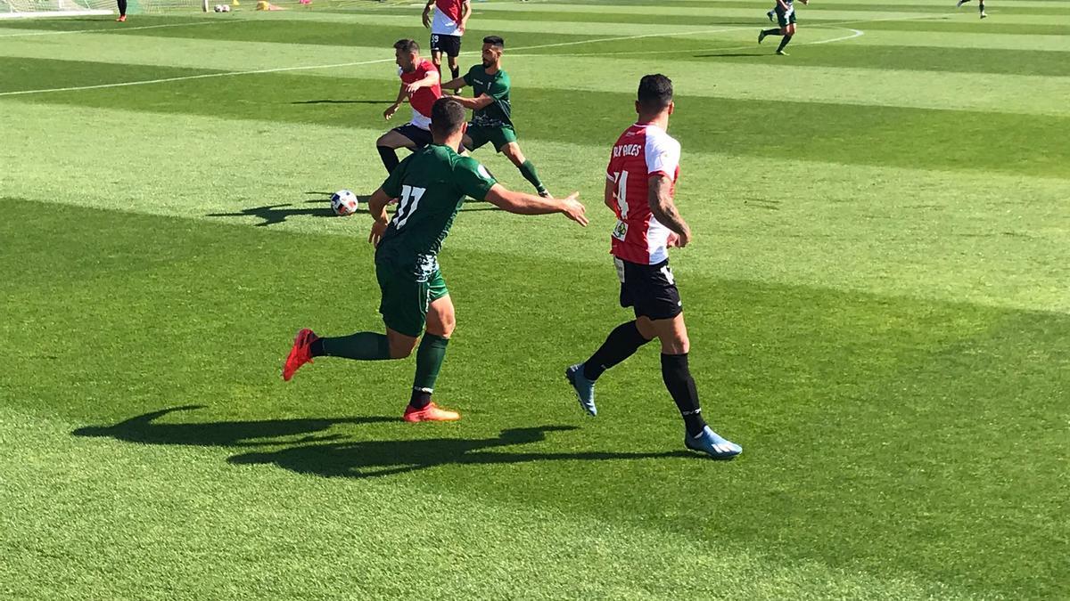 Valverde controla el balón durante el partidillo de este jueves entre el Córdoba CF y su filial, en la Ciudad Deportiva.
