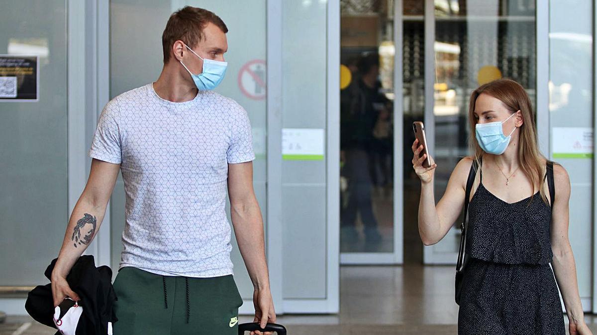 Turistas a su llegada al aeropuerto de Málaga.   ÁLEX ZEA