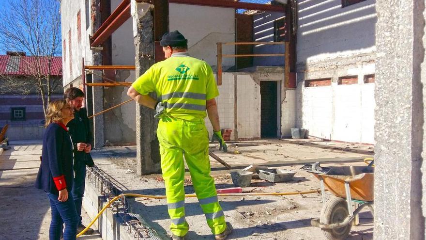 Comienzan a instalar la cubierta del gimnasio municipal de Forcarei