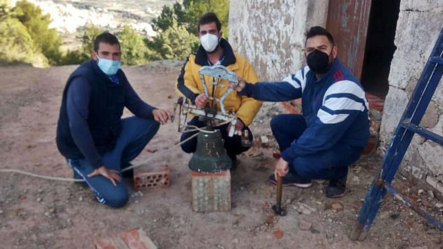 Tres voluntarios retiran la campana del siglo XV de Chelva que volcó el viento