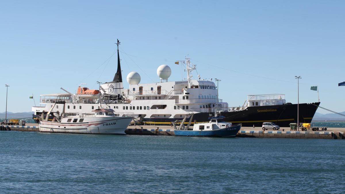 Un creuer, fa dues temporades, al port de Roses.