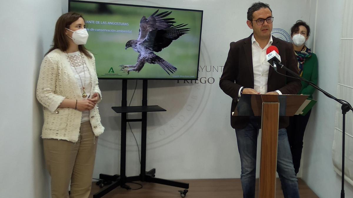 Cristina Casanueva, Giuseppe Aloisio y María Luisa Ceballos, durante la rueda de prensa en Priego.