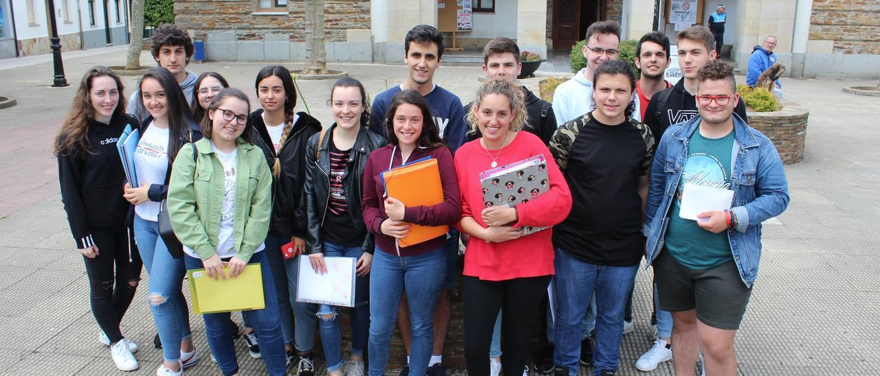 Alumnos de Tapia, esperando para la EBAU de hace dos años.