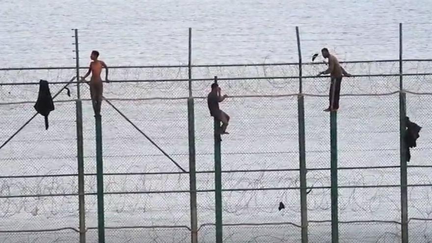 Varias decenas de migrantes subsaharianos saltan la valla de Melilla