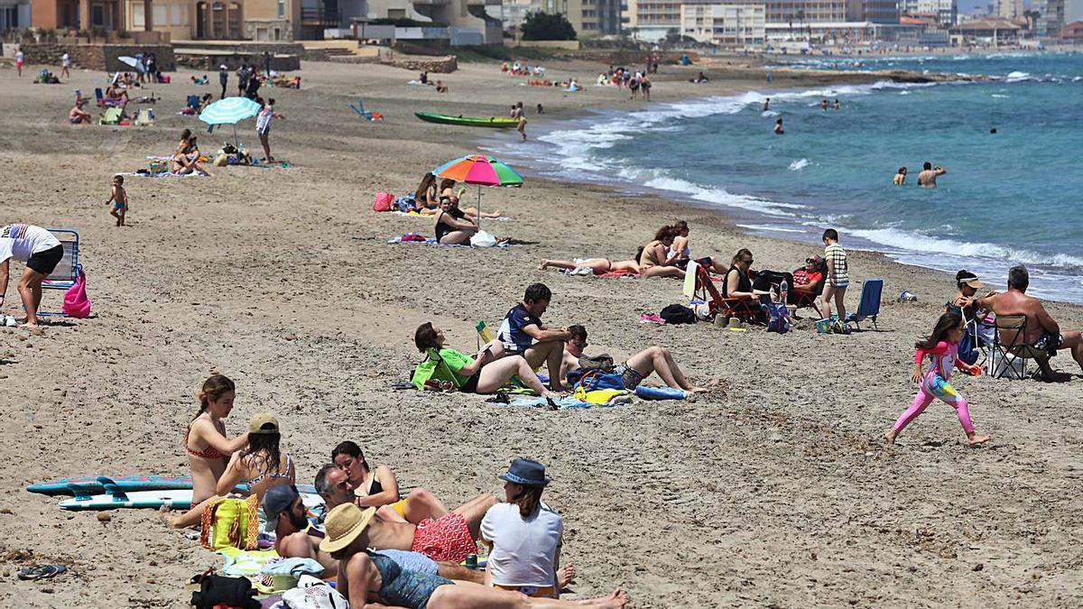 Los murcianos no esperan para ir a la playa
