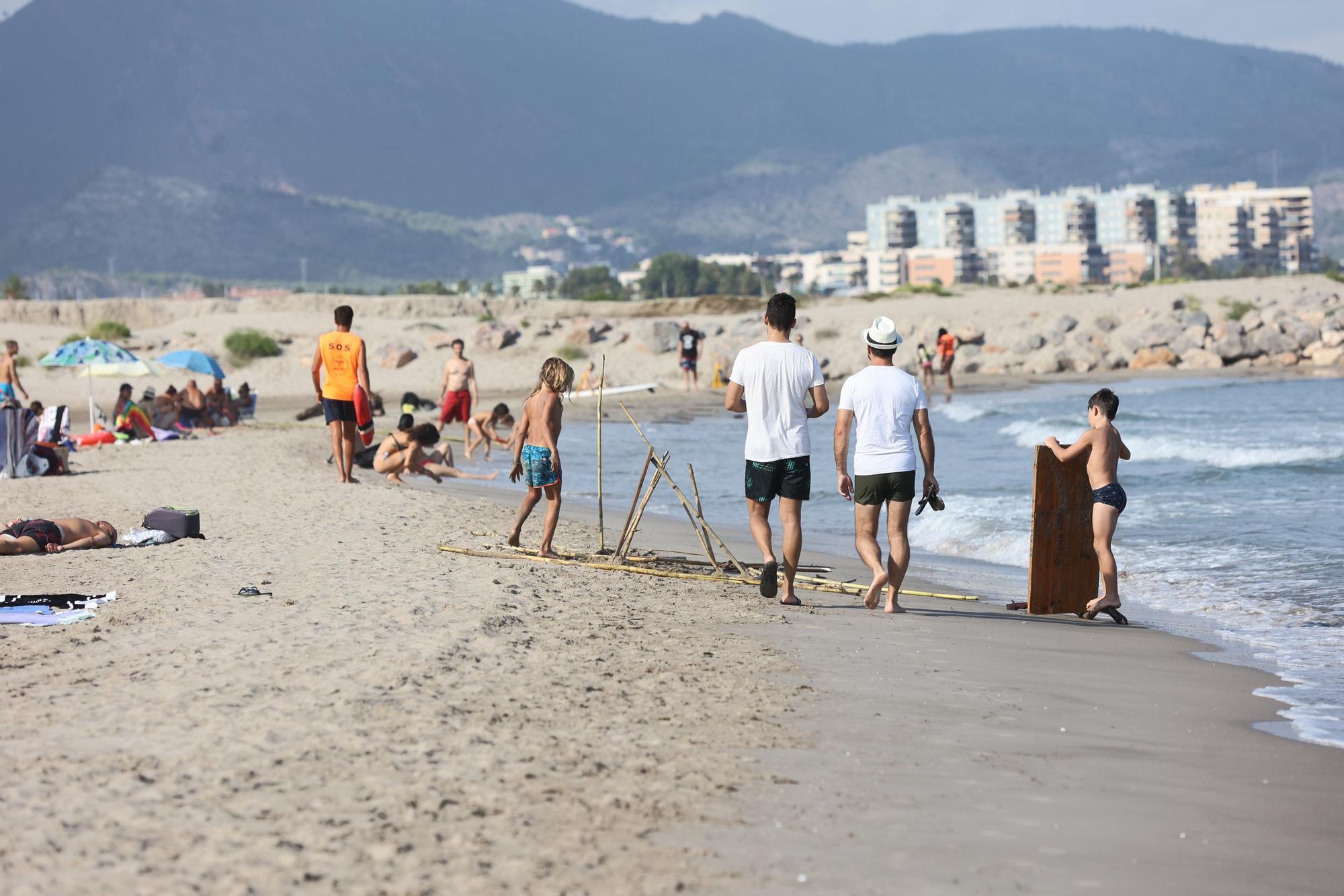 Miles de cañas de la riada de Benicàssim sorprenden a los bañistas de las playas de Almassora y el Grau de Castelló