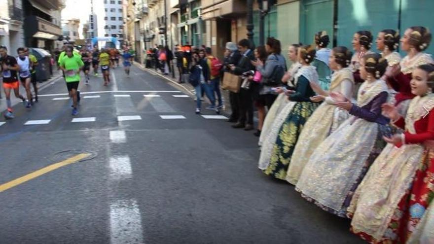 Las cortes de honor animan a los corredores del Maratón