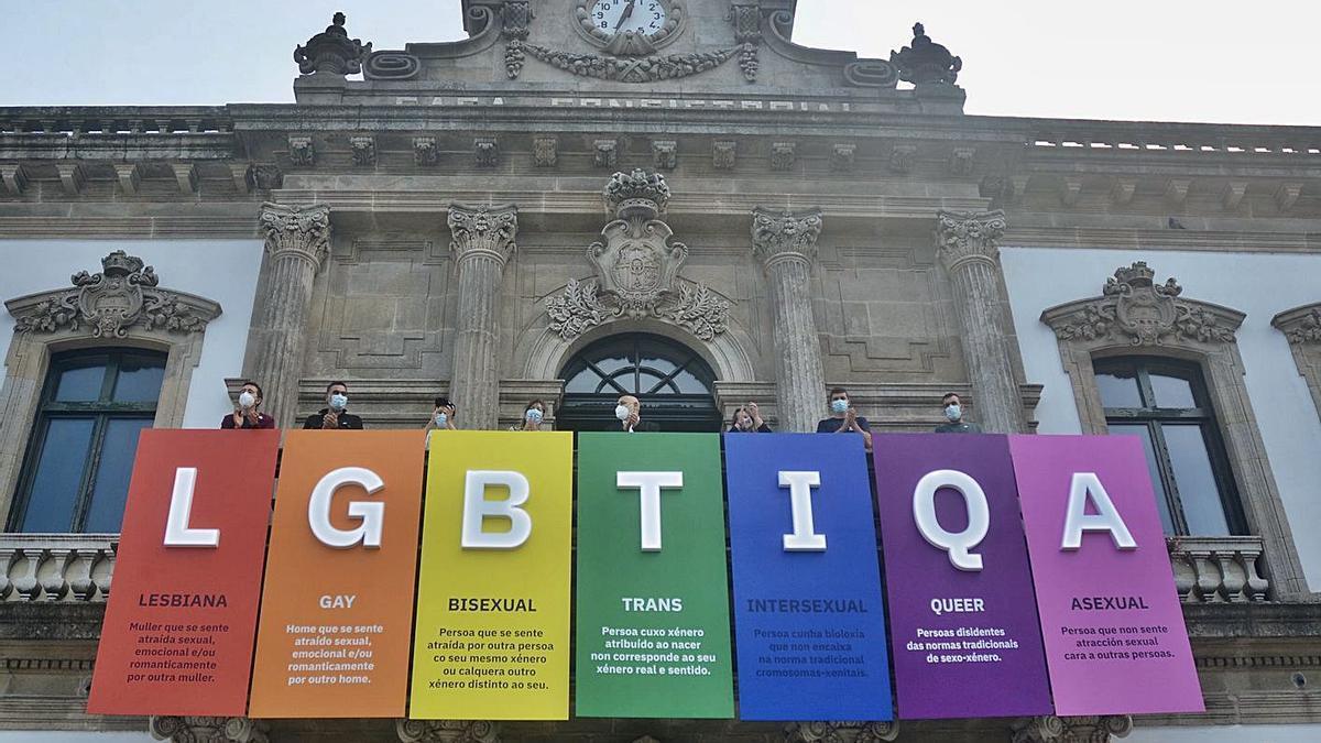 Despliegue de los colores del Orgullo en la Casa Consistorial.   | // RAFA VÁZQUEZ
