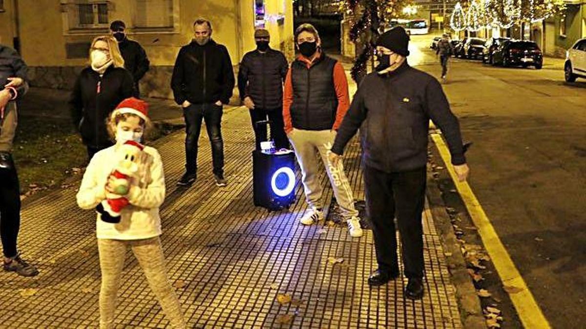 Los residentes cantando villancicos. | Marcos León
