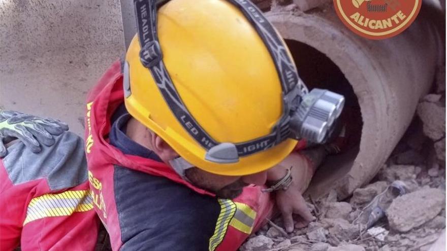 Los bomberos de Alicante simulan un rescate como el del niño de Totalán