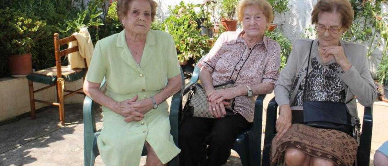 Edelmira, Sara y Olvido González, en Candás.