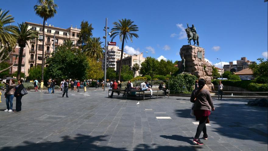 Detenido por abusar sexualmente de un amigo semiinconsciente en un banco de la Plaza de España de Palma