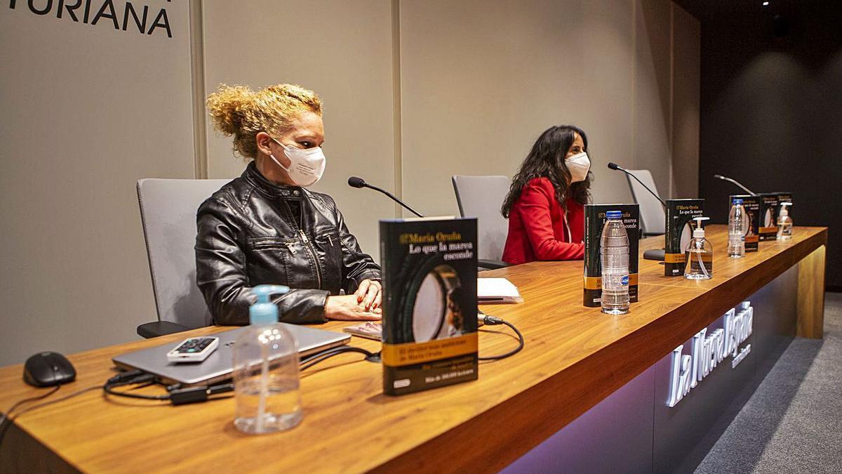 Por la izquierda, María Estébanez y la novelista María Oruña.   Bernabé Valle