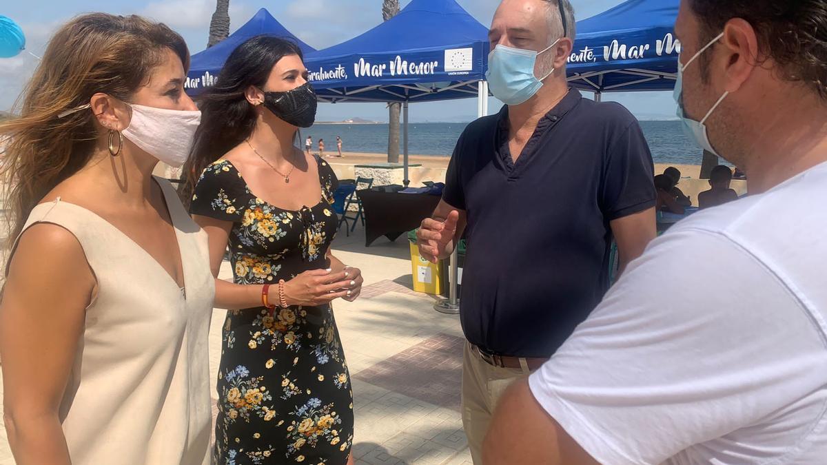 La directora general del Mar Menor, durante su visita a una carpa en Playa Honda.