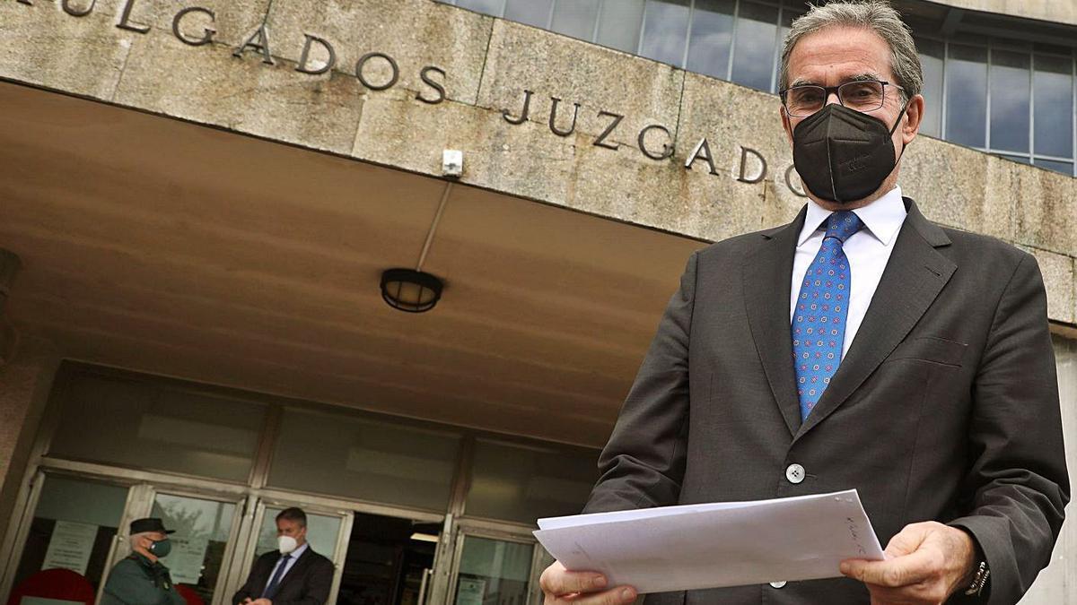 El presidente del TSXG, ayer a la entrada de los juzgados de Santiago. |   // XOÁN REY