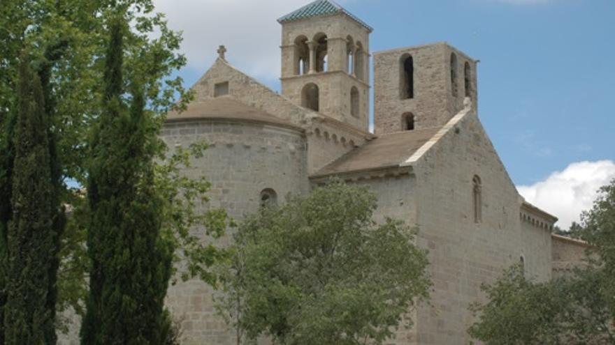 Món Sant Benet: passejar entre parets històriques