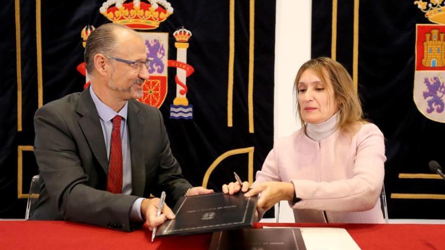 El presidente de las Cortes, Luis Fuentes, y la consejera de Educación, Rocío Lucas,