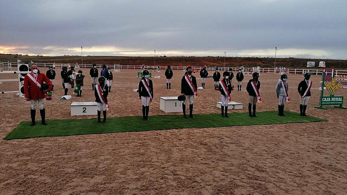 Uno de los actos de entrega de trofeos en la cuidada pista del Equus Duri. | FCYLH