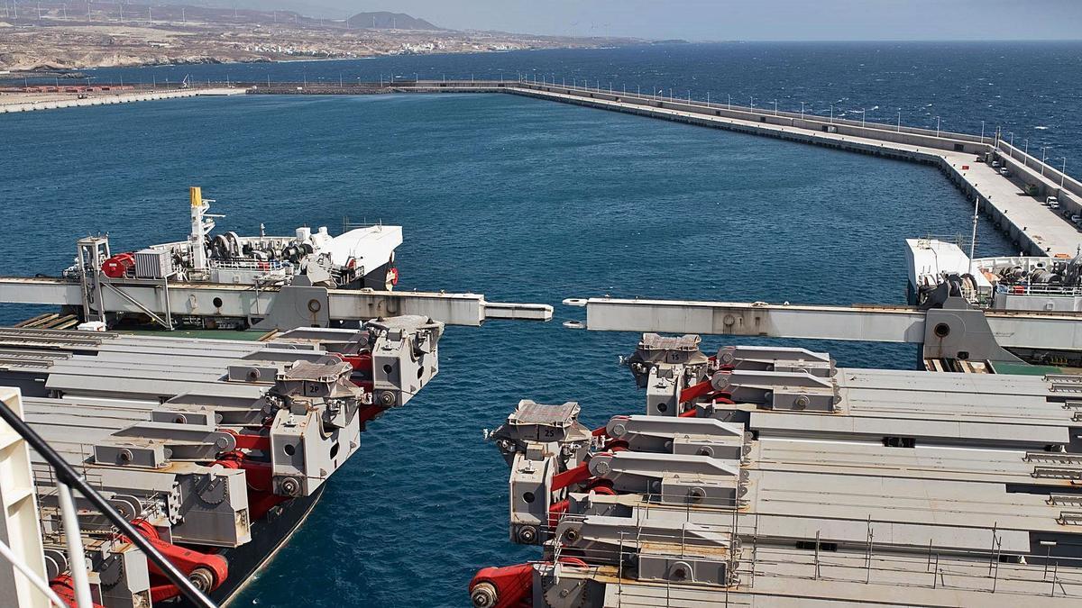 Una imagen de un buque en las instalaciones del puerto de Granadilla.