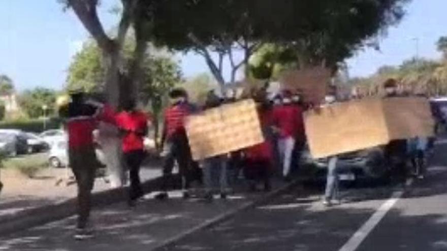 Un grupo de migrantes se manifiesta en Maspalomas contra la actual política migratoria