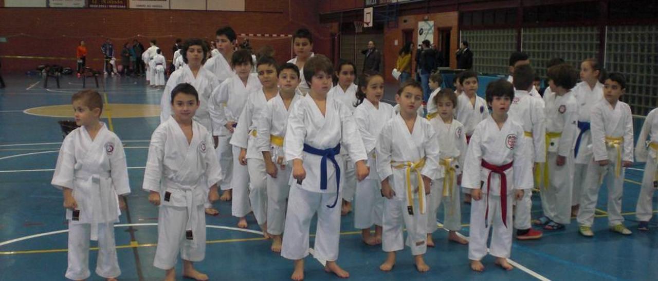 Un grupo de karatekas, en el primer encuentro de los Juegos Deportivos de la zona del Occidente.