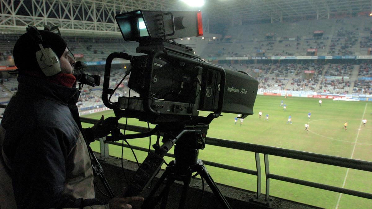 Un cámara de televisión durante un partido de fútbol.