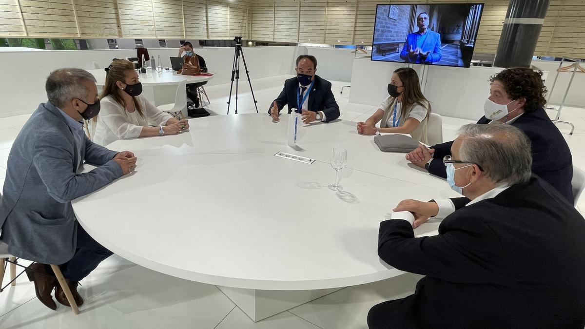La delegación lalinense, durante una de sus reuniones en Fitur.