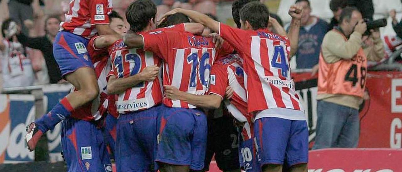 Los jugadores del Sporting celebran la victoria ante el Cádiz.