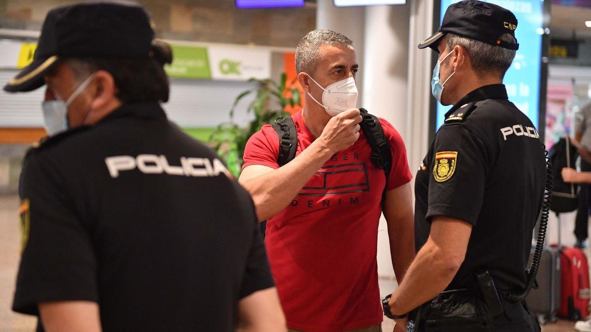 El policía naronés Víctor Bellón, a su llegada a Alvedro tras concluir la misión en Afganistán.