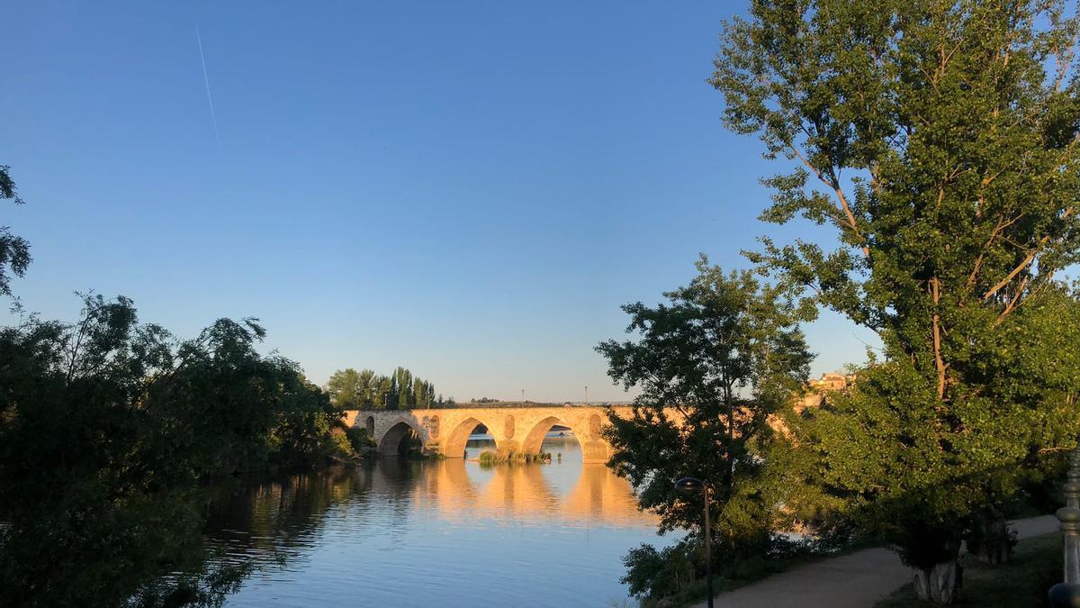 Cielos despejados en Zamora junto al río Duero a primera hora de esta mañana.
