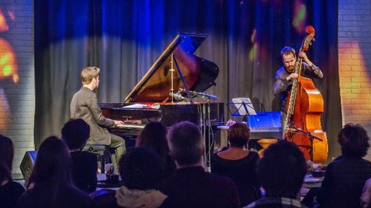 Manel Fortià, juntament amb el pianista Marco Mezquida. | DDG