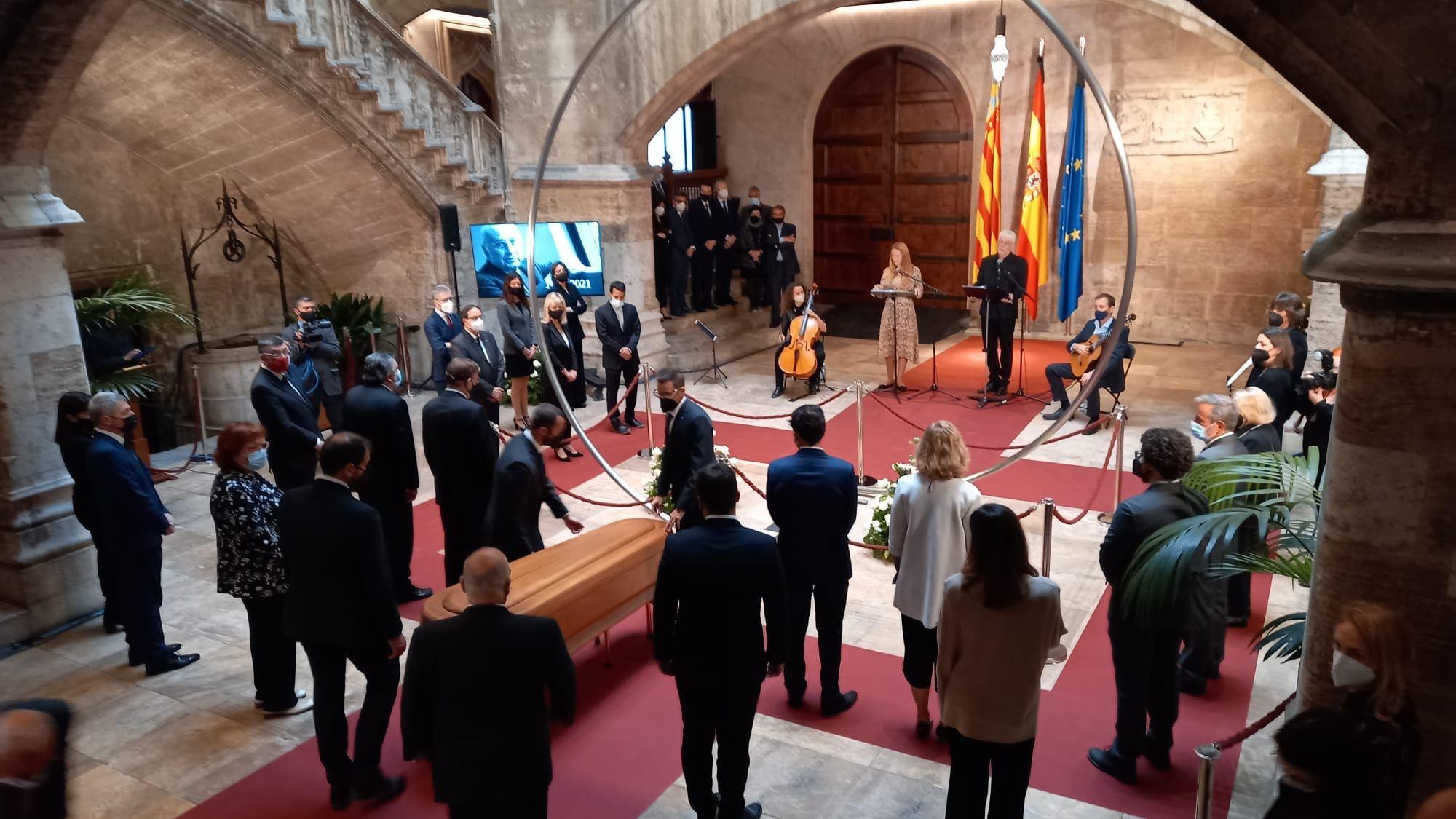 Capilla ardiente de Francisco Brines en el Palau de la Generalitat