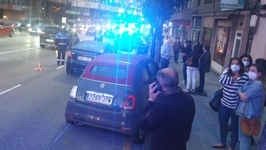 Un conductor ebrio arrolla a tres coches en Oviedo mientras huía de la Policía Local